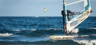 Windsurfer surfuje wiatr na fala Zdjęcia Royalty Free