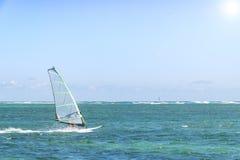 _ Windsurfer Surfuje wiatr Na fala W oceanie, morze Obrazy Royalty Free