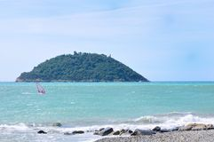 Windsurfer vor Gallinara Insel, Alassio Stockfotografie