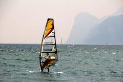 Windsurfer weg von den Bergen am See Garda Lizenzfreies Stockfoto