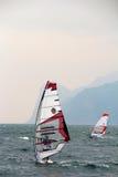 Windsurfer weg von den Bergen am See Garda Lizenzfreie Stockfotos