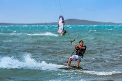 Windsurfer y kitesurfer fotografía de archivo