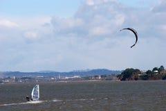 Windsurfer y kitesurfer foto de archivo