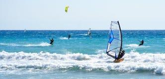 Windsurfer y kitesurfer Foto de archivo libre de regalías