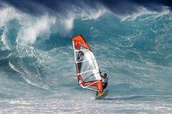 Windsurfer y onda grande Foto de archivo libre de regalías