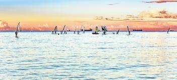 Windsurfers στον ορίζοντα Στοκ φωτογραφία με δικαίωμα ελεύθερης χρήσης