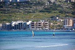 Windsurfers в заливе Mellieha, Мальте Стоковое Фото