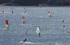 Windsurfers едут на гениальных волнах красивого Средиземного моря Стоковая Фотография RF