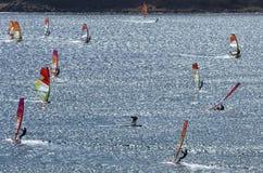 Windsurfers едут на гениальных волнах красивого Средиземного моря Стоковое фото RF