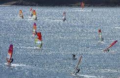 Windsurfers едут на гениальных волнах красивого Средиземного моря Стоковое Фото
