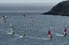 Windsurfers на волнах Средиземного моря Стоковые Изображения