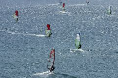 Windsurfers на сверкная волнах Средиземного моря Стоковое фото RF