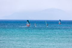 Windsurfers плавая через Vasiliki приставают к берегу в острове лефкас, Стоковое фото RF