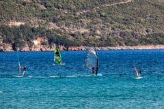 Windsurfers плавая через Vasiliki приставают к берегу в острове лефкас, Стоковая Фотография