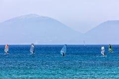 Windsurfers плавая через Vasiliki приставают к берегу в острове лефкас, Стоковые Фото
