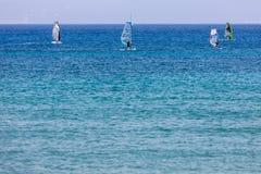 Windsurfers плавая через Vasiliki приставают к берегу в острове лефкас, Стоковое Изображение RF