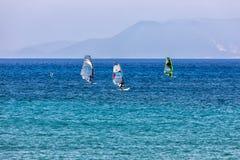 Windsurfers плавая через Vasiliki приставают к берегу в острове лефкас, Стоковая Фотография RF