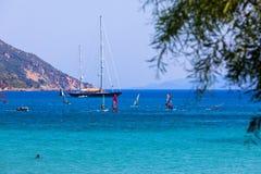 Windsurfers плавая через Vasiliki приставают к берегу в острове лефкас, Стоковое Изображение