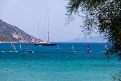 Windsurfers плавая через Vasiliki приставают к берегу в острове лефкас, Стоковые Фотографии RF