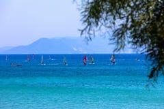 Windsurfers плавая через Vasiliki приставают к берегу в острове лефкас, Стоковое Фото
