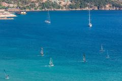 Windsurfers плавая через Vasiliki приставают к берегу в острове лефкас, Стоковые Изображения