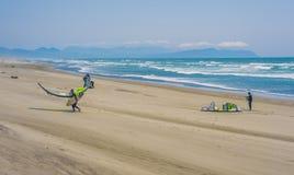 Windsurfers auf Strand an Ft Stevens State Park lizenzfreies stockbild