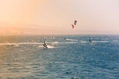 Windsurfers che navigano in rosso mare Immagini Stock Libere da Diritti