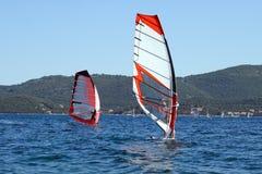 Windsurfers che praticano il surfing nel mare adriatico Fotografia Stock