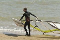 Windsurfers die de golven in Turkije-branding-Gokceada surfen stock foto