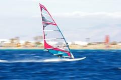 Windsurfers einer in der Bewegung Stockbilder