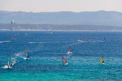 Windsurfers en el agua de la isla de Brac del golfo de Bol, mar adriático, Croa foto de archivo libre de regalías