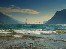 Windsurfers en el lago Garda fotografía de archivo libre de regalías