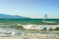 Windsurfers en el mar en Creta en puesta del sol Windsurf en Heraklion foto de archivo libre de regalías