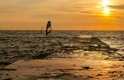 Windsurfers en la salida del sol Foto de archivo
