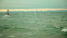 Windsurfers hacia fuera en el mar abierto almacen de metraje de vídeo