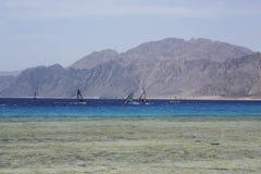 Windsurfers in het overzees Stock Foto