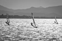 Windsurfers im Meer lizenzfreie stockbilder