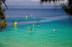 Windsurfers na água da ilha de Brac do golfo de Bol, mar de adriático, Croa fotografia de stock