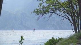 Windsurfers na Garda jeziorze zbiory wideo
