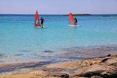 Windsurfers na plażowym Elafonisi lub Elafonissi, Crete wyspa, Gr Obrazy Stock