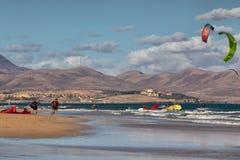 Windsurfers na praia Sotavento, Fuerteventura, Ilhas Canárias Imagens de Stock Royalty Free