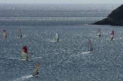 Windsurfers nas ondas efervescentes do mar Mediterrâneo Imagem de Stock Royalty Free