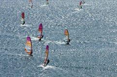Windsurfers nas ondas efervescentes do mar Mediterrâneo Imagem de Stock