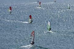 Windsurfers nas ondas efervescentes do mar Mediterrâneo Foto de Stock Royalty Free