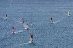 Windsurfers nas ondas efervescentes do mar Mediterrâneo Fotos de Stock