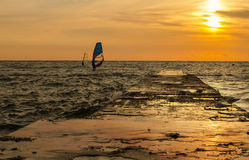 Windsurfers op de zonsopgang Stock Foto