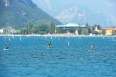 Windsurfers op het meer Royalty-vrije Stock Fotografie