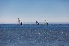 Windsurfers pływa na morzu Obraz Stock