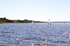 Windsurfers po środku jeziora Zdjęcia Royalty Free