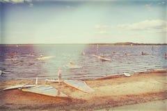 Windsurfers przygotowywają współzawodniczyć przy jeziorem Fotografia Stock